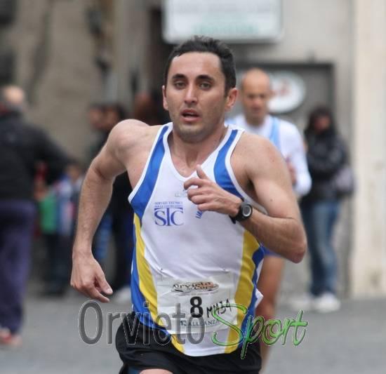 """Luca Scardetta trionfa alla 1a edizione di """"Orvieto in corsa"""". Il vento non ferma la voglia di stare insieme"""