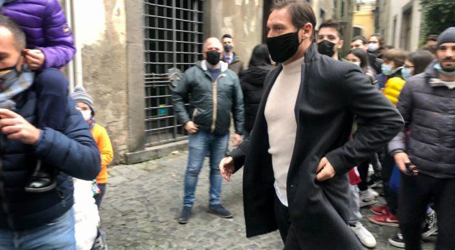 Orvieto, pranzo di lavoro per Francesco Totti e Cristiano Lucarelli. Folla per l'ex capitano giallorosso